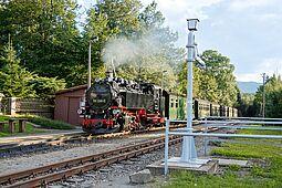 Zug der Fichtelbergbahn steht am Bahnsteig in Kretscham-Rothensehma