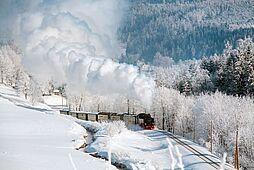 Hohe weiße Dampfwolken bei klirrender Kälte mit viel Schnee und Raureif