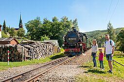 Familien wandert und trifft den Dampfzg der Fichtelbergbahn