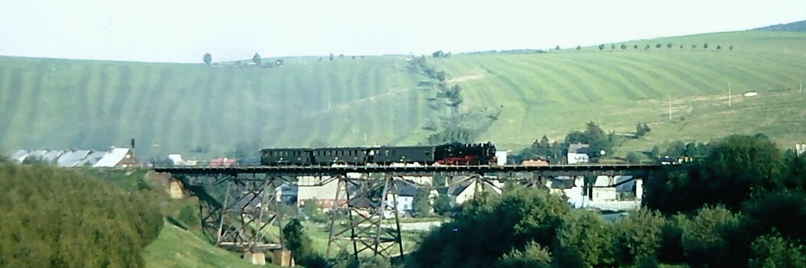 Fichtelbergbahn auf dem Hüttenbachviadukt Oberwiesenthal