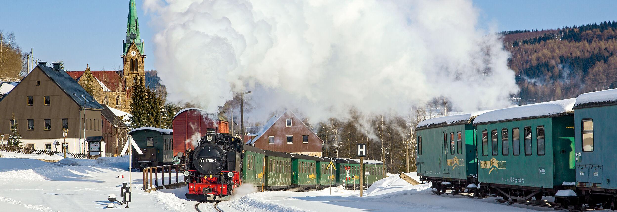 Fichtelbergbahn an der Kirche Hammerunterwiesenthal