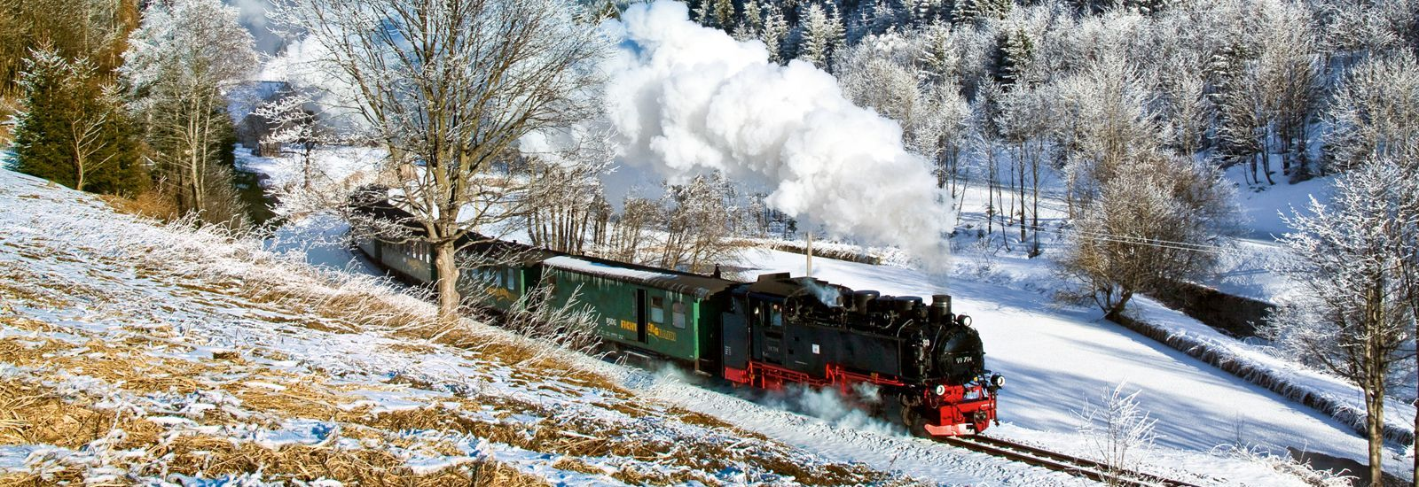 Fichtelbergbahn dampft durch den Raureif des kalten Winters
